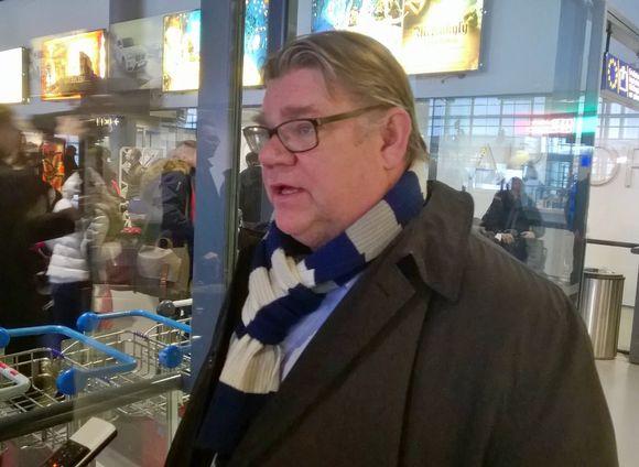 Ulkoministeri, perussuomalaisten puheenjohtaja Timo Soini Rovaniemen lentoasemalla