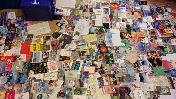 Audio: Valtavasti postikortteja lattialla