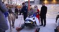 Vasemmalla poliisiporo Artturi, Lapin poliisilaitoksen ylikomisario Rauno Pätsi ja joulupukin oikella puolella Trafin pääjohtaja Kari Wihlman.