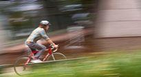 Polkupyöräilijä vauhdissa.