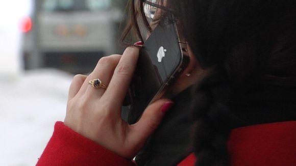Nainen puhuu iPhoneen.