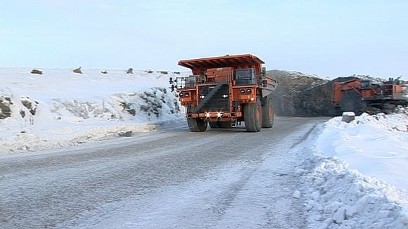 Kuorma-auto lähdössä louhintapaikalta Talvivaaran kaivosalueella.