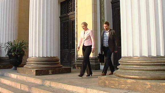 Video: SDP:n puheenjohtaja Jutta Urpilainen ja vasemmiston puheenjohtaja Paavo Arhinmäki kävelevät ulos Säätytalosta.