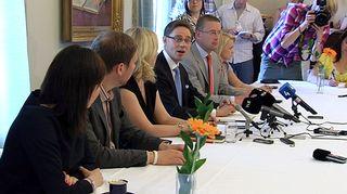 Puoluejohtajia pöydän ääressä.