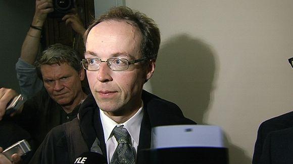 Jussi Halla-aho vastaamassa toimittajien kysymyksiin saapuessaan.