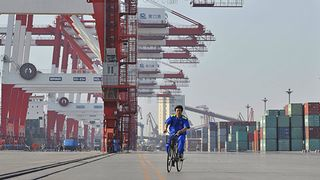 Ahtaaja satamassa Kiinassa