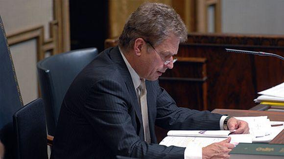 Sauli Niinistö lukee eduskunnan esityslistaa.