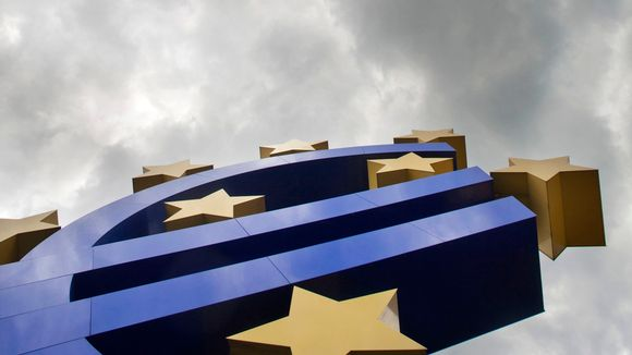Eurotunnus Frankfurtissa Saksassa Euroopan keskuspankin edessä.