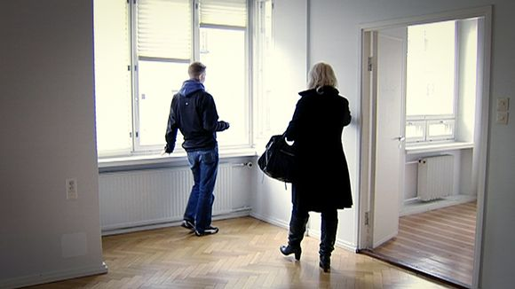 MIes katselee ikkunasta ulos asuntonäytössä. Tutkimuksen mukaan Suomessa asuntolainan keskimääräinen koko on vajaat 107 000 euroa.