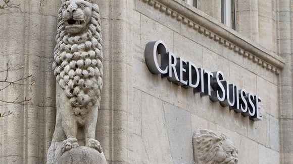 Credit Suisse Group:in logo ja leijonaveistokset korostavat kivitalon julkisivua.
