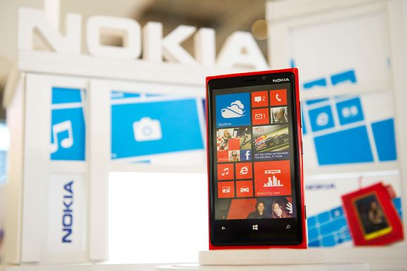 Nokian Lumia-puhelin esillä Nokian messuosastolla.