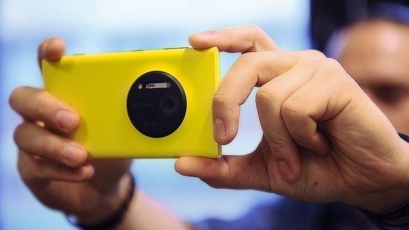 Henkilö ottamassa kuvaa Lumia 1020 -puhelimella.
