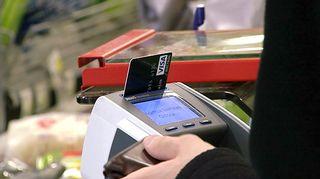 Video: Henkilö maksamssa pankkikortilla kaupan kassalla.