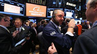 Välittäjiä New Yorkin pörssissä juuri ennen Alibaban osakkeiden kaupankäynnin alkua perjantaina.
