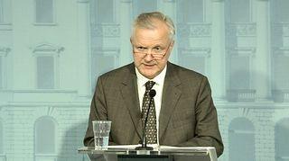 Olli Rehn tiedotustilaisuudessa 30. kesäkuuta 2015.