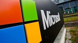 Microsoftin logo kuvan etualalla.