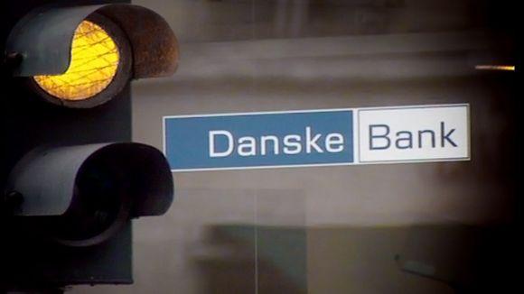 Danske Bankin logo pankkikonttorin ikkunassa.