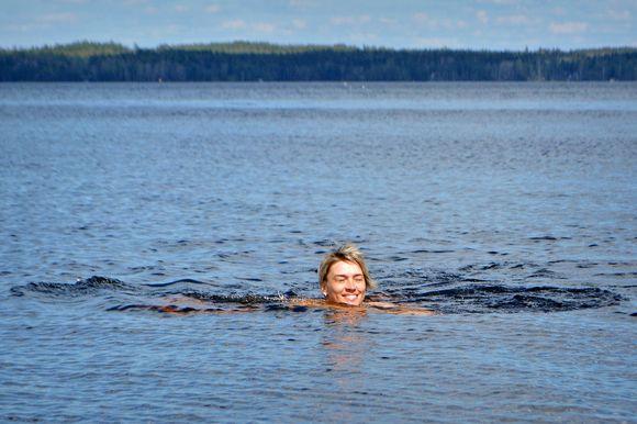 Nainen uimassa Näsijärvessä.