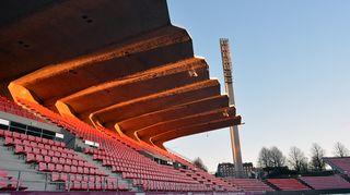 Ratinan stadion tyhjä katsomo aamuauringossa