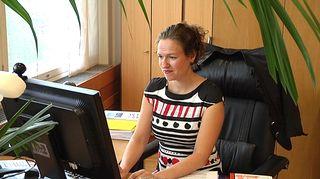 Pormestari Anna-Kaisa Ikonen tietokoneen äärellä.