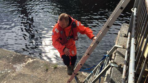 Lahden vesipelastusyhdistyksen kansimies Roni Koivunen laskeutuu Tammerkoskeen ja aloittaa uintiurakan kohti maalia.