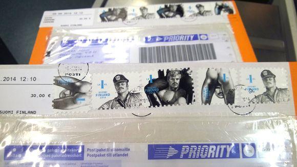 Tom of Finland -postimerkkejä postipaketissa