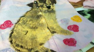 Kuvataiteilija Sanni Sepän puseroon maalaama koira