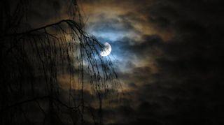 Kuu loistaa pilvien välistä