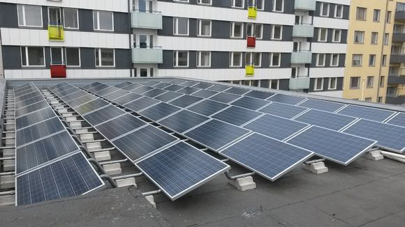 Aurinkopaneeleja katolla