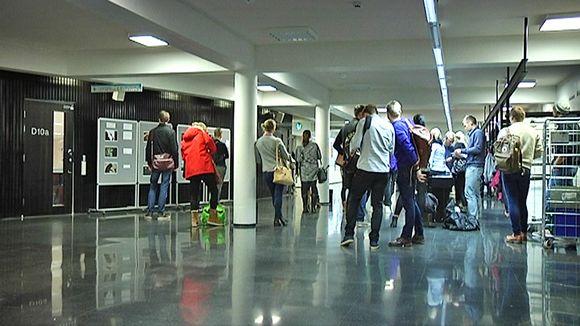 Opiskelijoita Tampereen yliopiston käytävällä