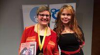Sarjakuva-Finlandian voittaja Tiitu Takalo ja valitsija Katja Kettu