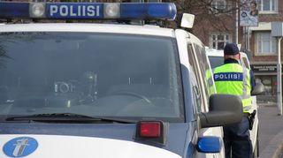 Poliisiauto läheltä.