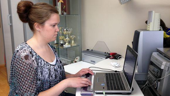 Video: Susanna Halme opiskelee tietokoneella.