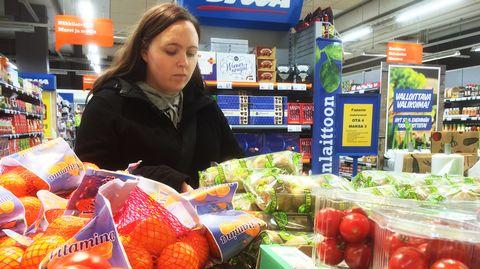 Piia Iiliäinen ruokaostoksilla kaupassa