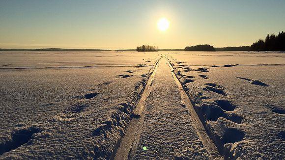 Latu lumisella järvellä