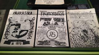 Ensimmäisiä Pahkasika-sarjakuvia vitriinissä.