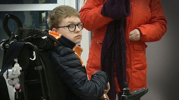 Video: Poika istuu pyörätuolissa.