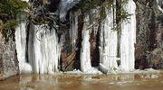 Jääpuikkoja kallion seinämässä