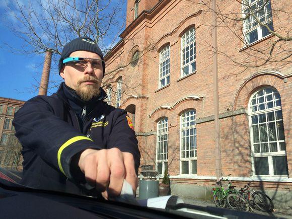 Video: Parkkimaksuton auto löytyi älylasien läpi. Maksun pysäköinnintarkastaja Mikko Huikko jättää käsin auton tuulilasiin.