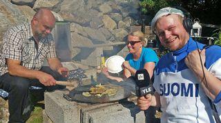 Radiolähetystä tehdään letunpaistopisteen äärellä Nokian Tottijärvellä