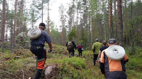 Kulotusporukka letkuineen Helvetinjärven kansallispuistossa