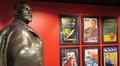 Leninin patsas ja julisteita Lenin museossa