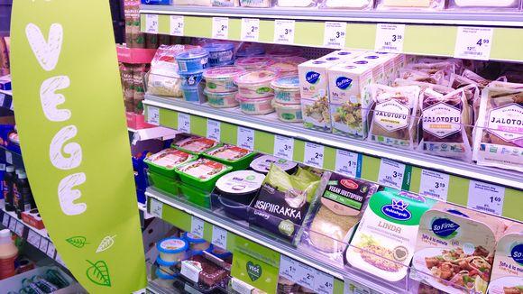 Kasvispohjaisia elintarvikkeita eli vegaanisia tuotteita kaupan hyllyllä Pirkkalan Citymarketissa.