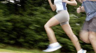 Mies ja nainen juoksulenkillä.