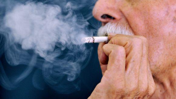 Iäkäs mies tupakoi.