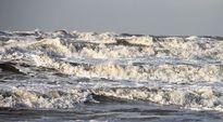 Aallot vyöryvät rantaan St. Peter-Ordingissa, Saksassa Pohjameren rannikolla.