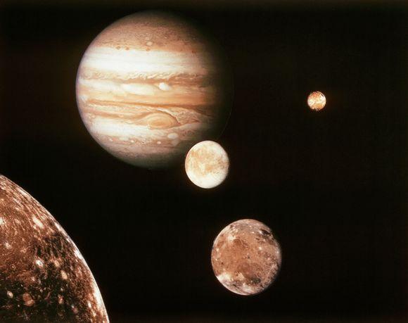 Kuvayhdistelmässä Voyager 1-luotaimen ottamista kuvista Jupiterin kuista; Io, Europa, Ganymede ja Callisto.