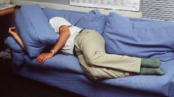 Ihminen makaa sohvalla