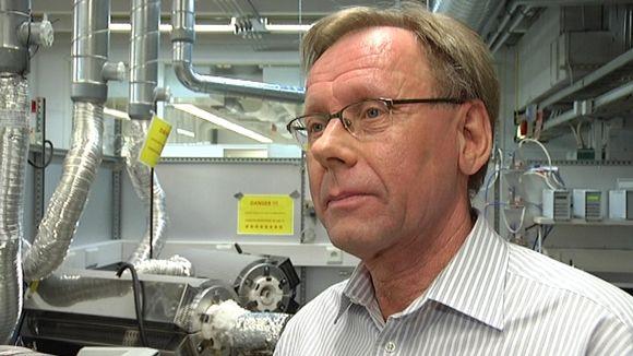 Puhtaampaan polttoon tähtää Åbo Akademin laboratorio, esittelee professori Mikko Hupa.