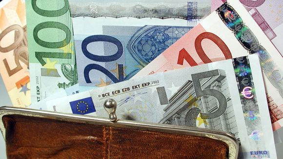 Kukkarosta pursuaa ulos seteleitä.